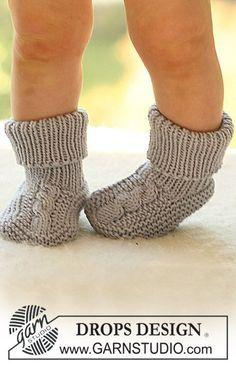 DROPS sockor med fläta ovanpå foten i Merino Extra Fine. Gratis mönster från DROPS Design.