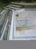 Piscine - Par le biais du refoulement de l'eau dans le fond du bassin, nous créons un courant uniforme qui permet de figer une image reflétant le ciel. La mise en fonction de la filtration permet de monter le niveau d'eau et de créer une lame d'eau de 3 à 8 mm. Cette lame d'eau déborde et se déverse dans la goulotte en PVC recyclé. Le périmètre de goulotte pré-installé récupère l'eau de la piscine, et celle-ci va se jeter dans le bac tampon.
