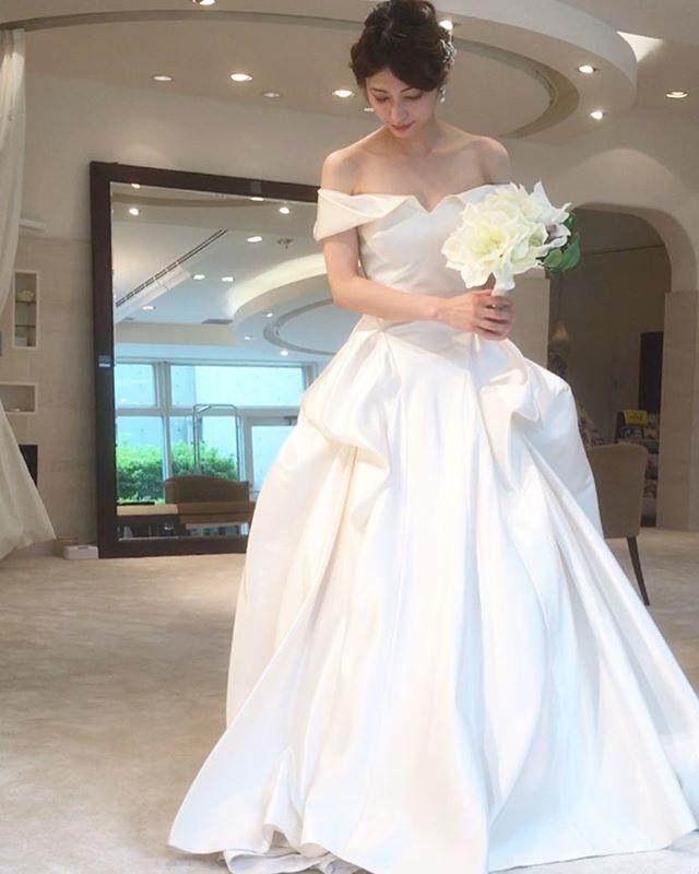 私の運命のドレスは…ANNA MEIERのDEVYNです✨  ここに辿り着くまでに計30着以上のドレスを試着しました。 たくさんのショップを巡った結果、ミーチェさんのゆったりとした雰囲気や上質でエレガントなドレスの数々、そして何より担当さんの人柄に惚れ込んでしまい、まずはドレスショップを決めた!と言っても過言ではありません  レースもフリルもありませんが、光を受ければ受けるほど輝くまろやかなシルクサテンがとても華やかなんです✨ デコルテが大きく出るのですが、オフショルダーなので少し控えめで花嫁らしい印象なのも気に入っています。  ずーっとドレス迷子で、白ければなんでもいい、ドレスなんて絶対決められない!とまで思っていたのに…もう迷いがありません。  大好きなミーチェさんとこのドレス。@thewedding.jp  様の#twdドレスアワード に参加させて頂きます  #運命のドレス #twdドレスアワードミーチェ #ミーチェ元麻布  #2016年秋婚  #名古屋花嫁  #ちーむ1015 #アンナマイヤー #プレ花嫁さんと繋がりたい