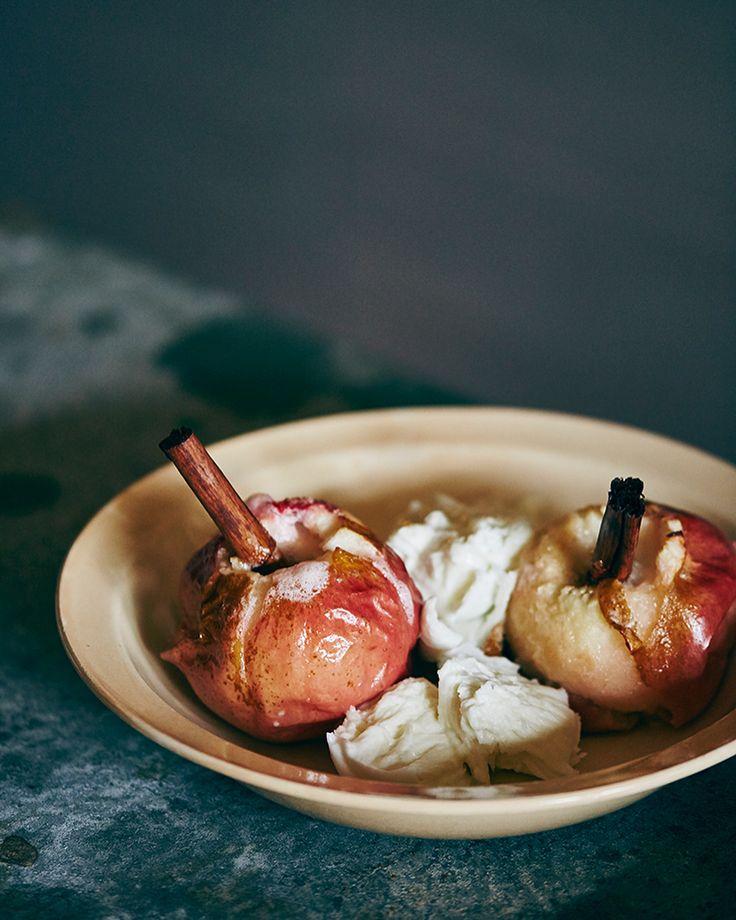 料理家・冷水さんのレシピ:第20回 焼きりんごとモッツアレラチーズのサラダクリスマスを前に、焼きりんごを使った、デザートならぬサラダはいかが? 続きはプロフィールのリンク(ginzamag.com)から #ginzamagazine #レシピ #サラダ #冷水希三子 @kincocyan