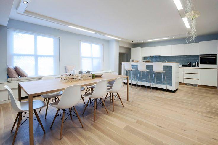 Witte keuken met Spaanse tegels Azulejos Aqua - via Designtegels.nl