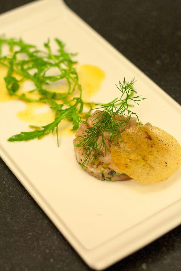 Met dit recept kan je écht alle kanten uit! Je kan het serveren als hapje: op een bordje, in een glaasje of op een lepel. Of als je de portie groter maakt, wordt het zelfs een volwaardig voorgerecht. Verfijnd en haalbaar met de mooi gebalanceerde combinatie van de frisse makreel met de ietwat zoete sinaasappeldressing. …