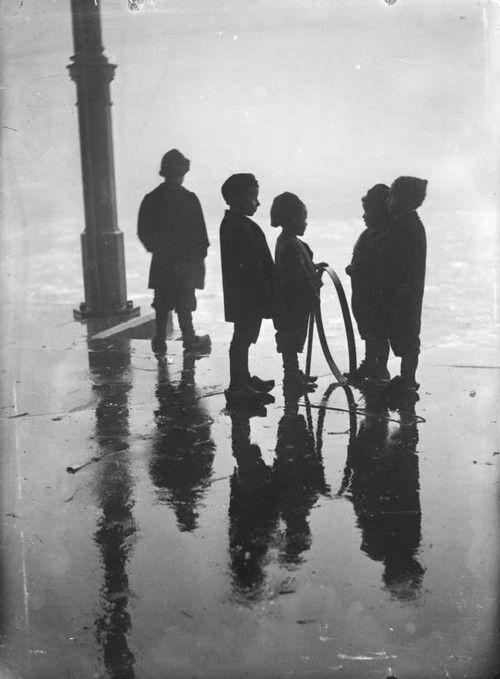 Henri Berssenbrugge - Children playing with a hoop, Fish Market, Rotterdam, 1910