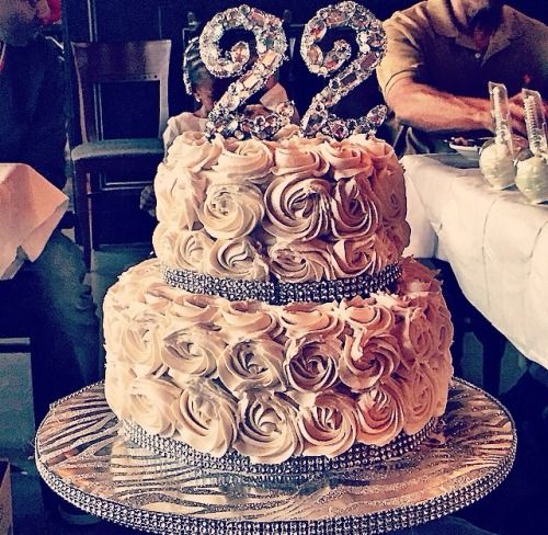 This is the cake I want this year!!! And it will be perfect because I'll be 22!!! Just cheesecake and not cake cake because I don't like it haha