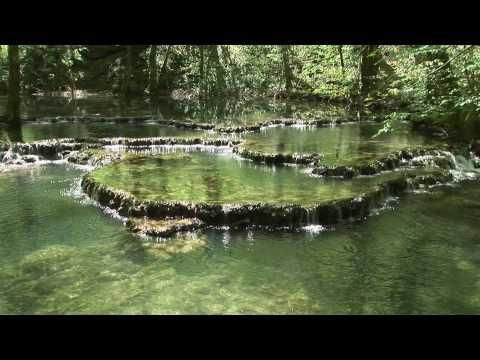 Une vidéo qui dévoile bien les lieux connus et moins connus du Jura, les endroits magiques et historiques, la nature et l'architecture. Plongez-y sans crainte !