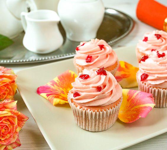 Эти милые кексики с кремом имеют няшный розовый цвет (и у крема, и у мякиша) и аромат розы. Сразу скажу, что те, кто пробовал эти капкейки, разделились на два лагеря: тех, кому они очень понравились, и тех, у кого запах розы стойко ассоциируется с моющими средствами и освежителями воздуха. Мне самой десерты с розой нравятся [...]