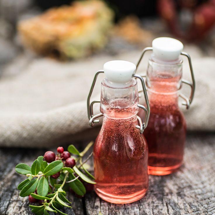 Med sin syrliga smak passar lingonsnapsen perfekt till salta kräftor. Häll upp på genomskinliga flaskor för att visa den vackra färgen.