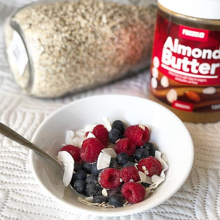Did you know that berries contain antioxidants, are a good source of fibre, low in calories and extremely nutritious? You can use them in your morning oats. It is delicious!   @saraelisabetecastro   #Prozis #ExceedYourself #ProzisRecipes  #recipe #protein #healthylife #foodie #food #homecooking #foodlover #eatclean #breakfast #fit #almonds #nutrition #fitfood #AlmondButter
