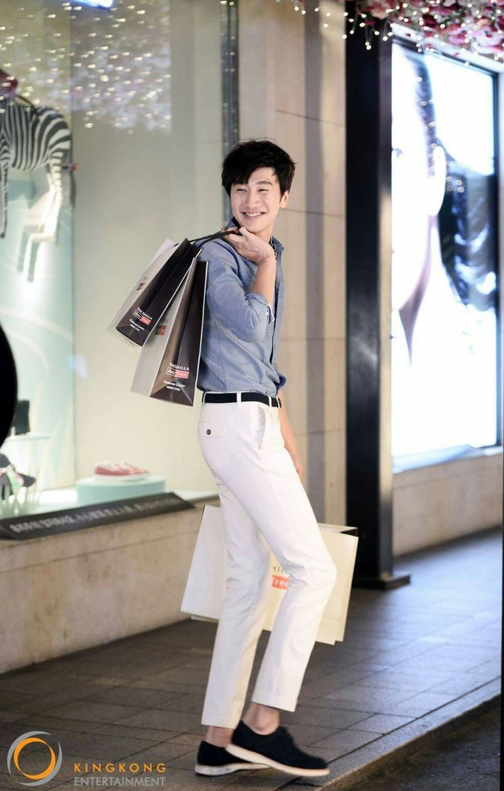 Lee Kwang Soo looks sharp in behind cuts of 'Marie Claire&apos 15