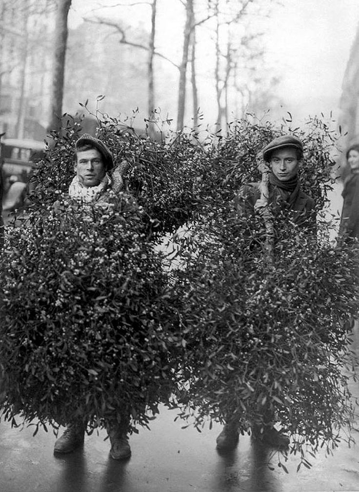 Mistletoe Salesmen, Paris, 1928 from 20 Great Vintage Christmas Photos From The Early 1900s | http://www.ifitshipitshere.com/20-great-vintage-christmas-photos-early-1900s/