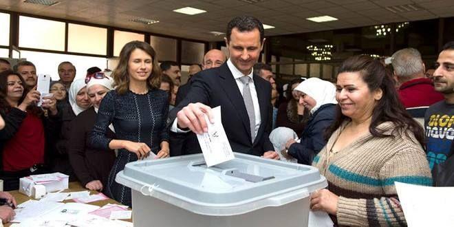"""""""Presidente al #Assad y su esposa votan en las elecciones de la Asamblea del Pueblo"""" El presidente Bashar Al Assad y su señora esposa Asma al Assad ejercieron su derecho al voto en una urna establecida en la Biblioteca Nacional en la capital #Damasco. Fuente: http://ift.tt/265FDn5  #IslamOriente"""