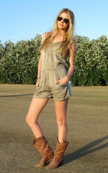 사랑스럽고, 여성스러운 여름 스트릿 패션 모아봤어요! 간단한 아이템들로, 스타일리쉬하고 러블리한 여름 코디 완성해보세요^^ 레이스 나시 원피스 하나만 입어줫는데도, 사랑스러워보이네요! 워커와 믹스매치도 넘