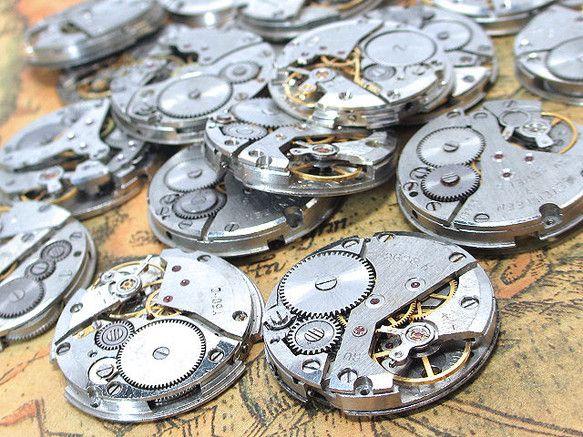 機械式時計ムーブメント(歯車付)1個です。主に海外製の古い機械式時計のムーブメント部分となります。これには歯車やネジなどの部品が付属しており、30年以上前のヴ...|ハンドメイド、手作り、手仕事品の通販・販売・購入ならCreema。