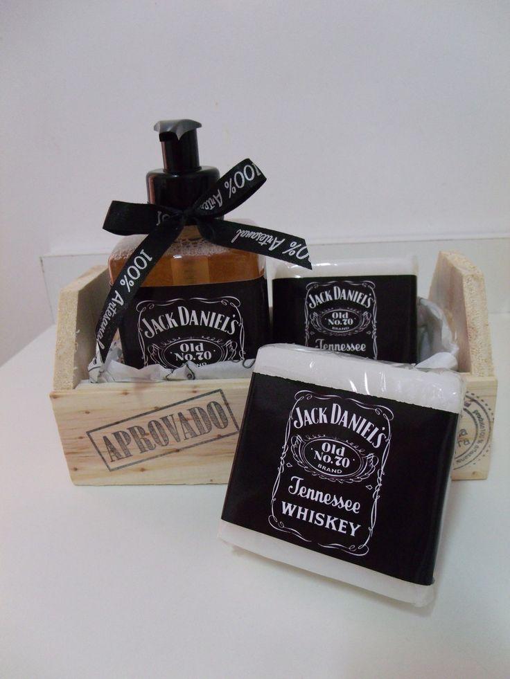 Caixa de madeira contendo 1 sabonete líquido de 300ml e 2 barras de sabonete glicerinado hipoalergênico de 100g cada.  Rótulo personalizado no estilo Jack Daniel´s
