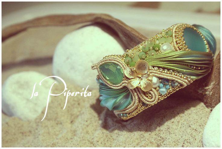 """Bracciale """"Eden"""". Modello schiava. Larghezza fascia: cm. 4 circa. Realizzato con preziosa seta shibori, perle coltivate, elementi swarovski, componenti placcatura oro 16k. """"Eden"""" bracelet. Band width: 2 inch. Silk shibory ribbon, cultured pearls, swarovski elements, 16k gold plated components. #LaPiperita #fashionhandmade #handmade #jewelry #silkshiboriribbon #fashion #eden #bracelet"""