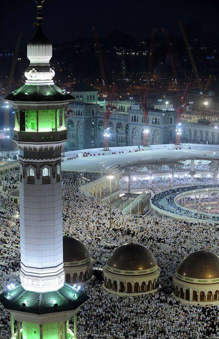 Vista general de peregrinos realizando rezos nocturnos en la Gran Mezquita de La Meca (Arabia Saudita), mientras más de 2 millones de musulmanes han llegado a la ciudad para la peregrinación anual hajj. (AFP/FAYEZ NURELDINE/VANGUARDIA LIBERAL)