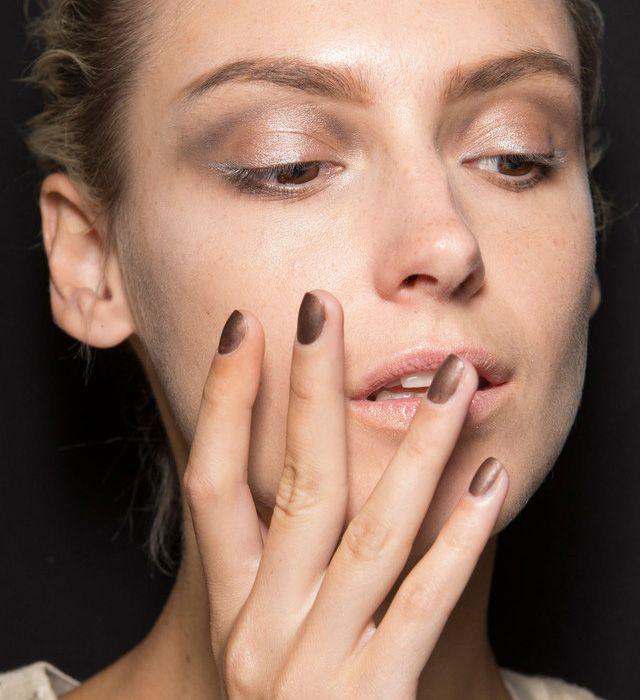 На шоу Giorgio Armani ногти моделей были покрыты новым лаком оттенка темной бронзы.