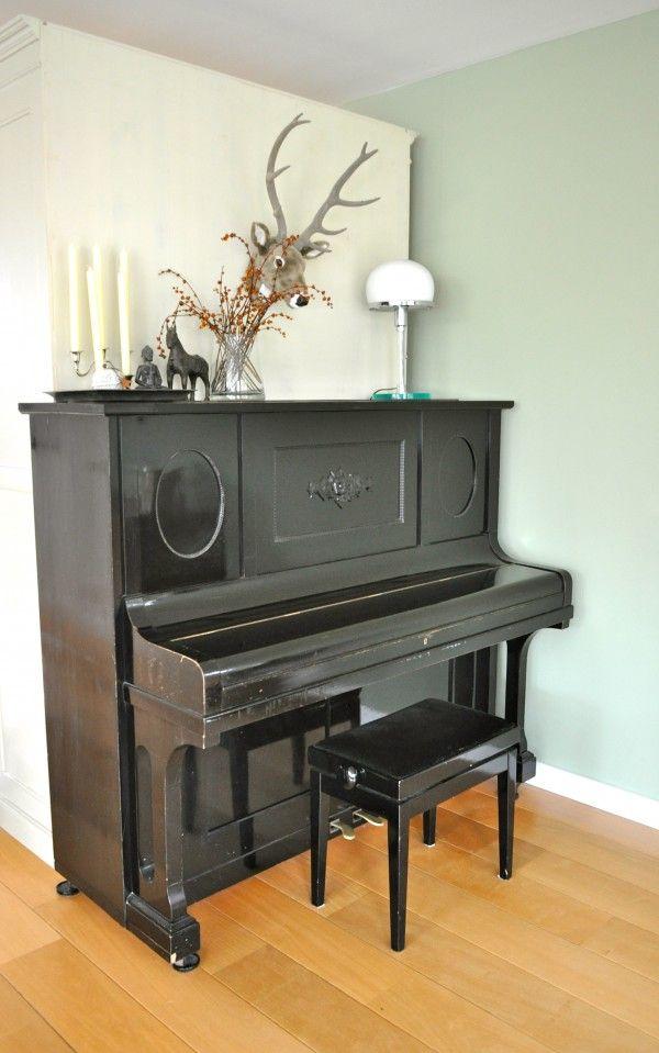 Modern landelijke woonkamer in Odijk na STIJLIDEE's Interieuradvies, Kleuradvies en Styling via www.stijlidee.nl | zwarte piano