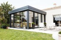 La #verandaicone est dotée d'un vitrage qui offre une performance d'isolation thermique inégalée ! Son design dans le jardin est agréable