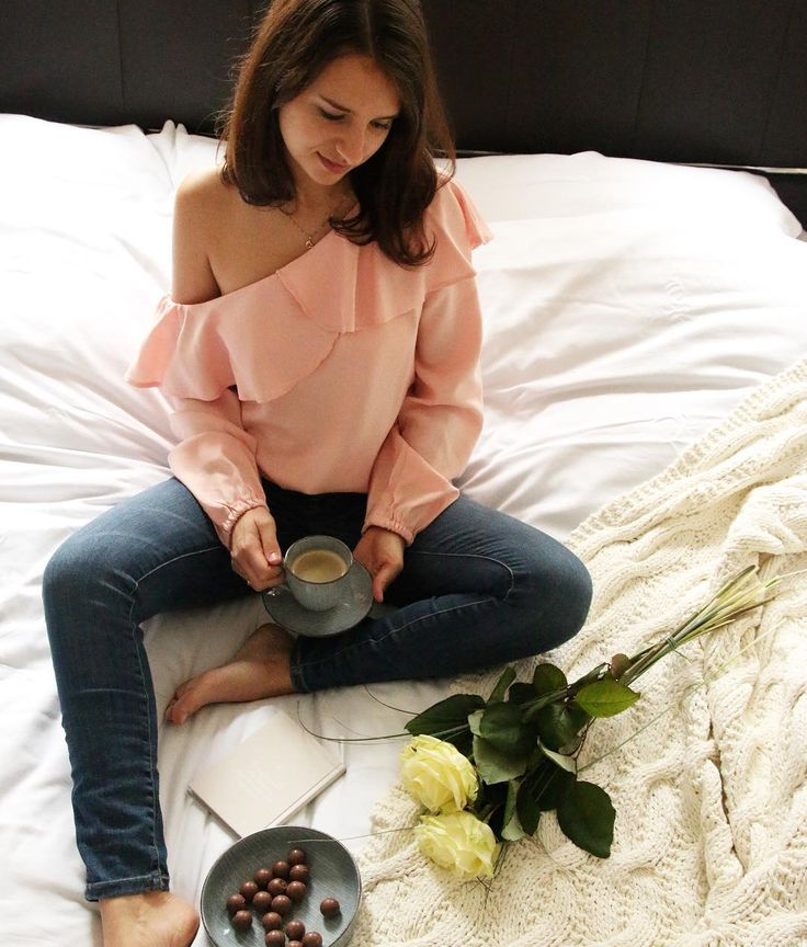 Off Shoulder + Jeans Coffee Coffeetime