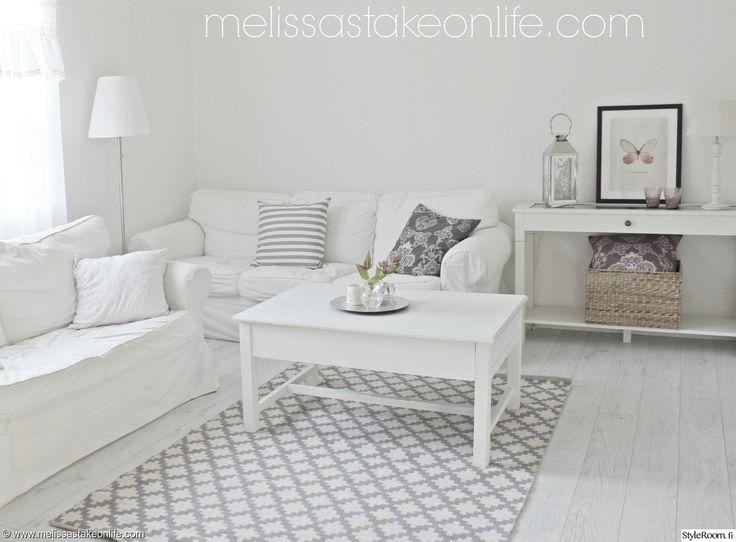 fehér sisustus,olohuone,rauhallinen,tyyni,vaalea,sohvaryhmä,lattialamppu,kori,koristetyynyt,minimalistinen,moderni
