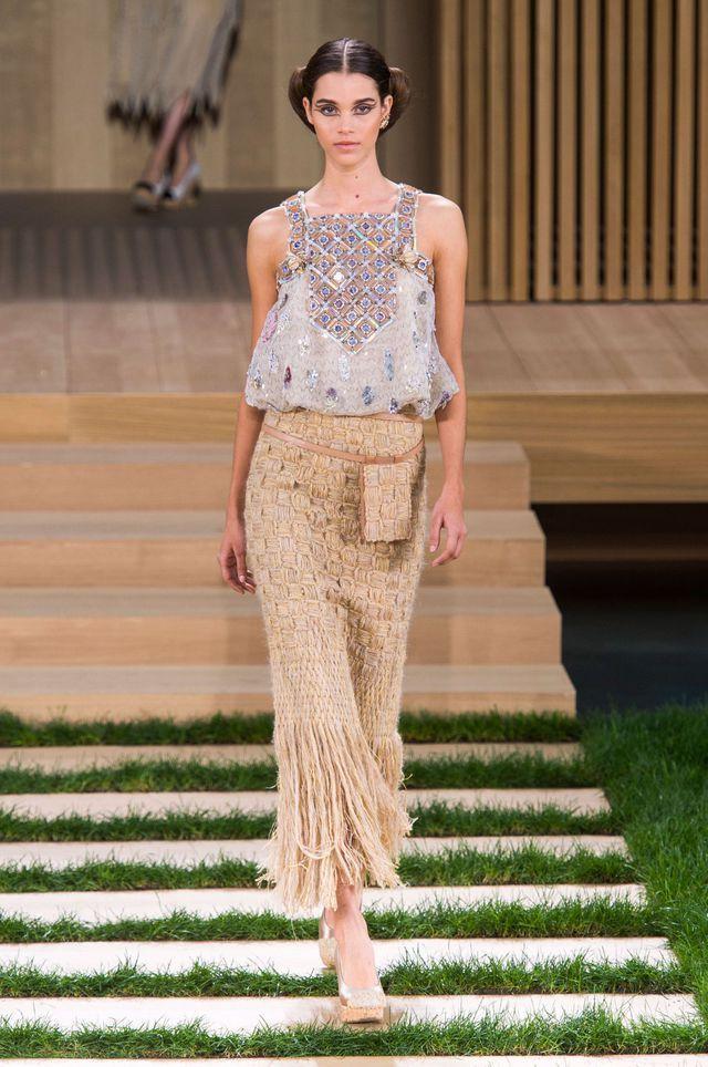 Défilé Chanel Haute Couture printemps-été 2016. La jupe longue en laine brut tricotée en macramé.