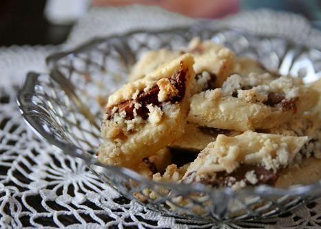 Baka med nougat! Dessa nougatkakor är barnsligt enkla att göra och smakar himmelskt gott. Grunden är en vanlig mördeg som smaksätts med nougat och mandelm
