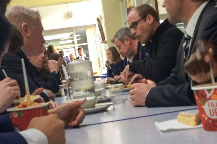 Le prince William s'invite à la cantine. Le prince William mange à la cantine de la John Henry Newman School à Stevenage, le 13 janvier 2016