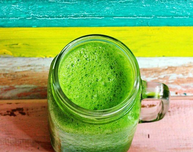 Jeg elsker grøn juice. Når man først har vænnet sig til den grønne smag er det dybt vanedannende og energigivende! Den mest fantastiske måde at starte dage på er med et stort glas grøn juice. En grøn juice består primært af bladgrønt. En kost bestående af store dele grønt gør kroppen stærkere, mere basisk, mere …