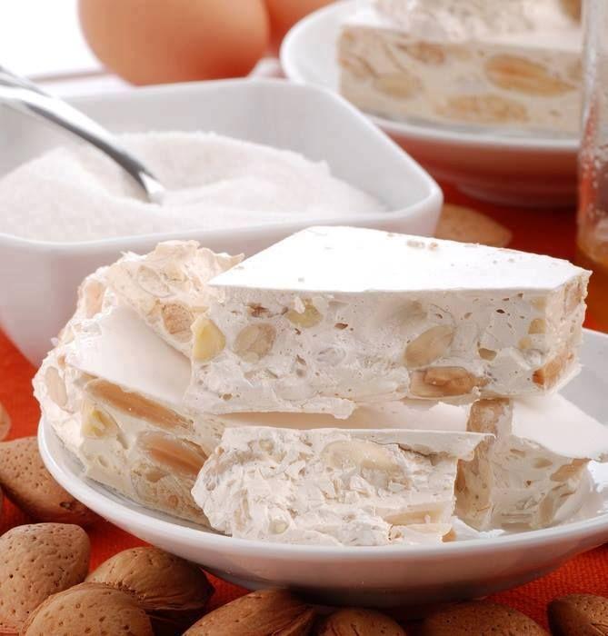 HALVIȚĂ DE CASĂ INGREDIENTE 1 kg migdale (opțional) 1 lingurita esenta de vanilie (optional) 100 g zahar pudra 4 albusuri 400 g zahar 500 g miere de albine 100 g