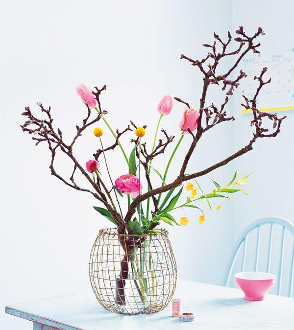 Langstielige Blumen in Rosétönen wie französische Tulpen und Pfingstrosen teilen sich gerne die Vase mit einem kräftigen, dunklen Magnolienzweig,  #doityourself #blumen #muttertag