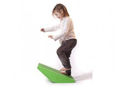 Sube y Baja Este producto puede ser utilizado como tabla inestable, o se pueden aprovechar sus lado rectos para usarlo como cuña. Tambien se puede hacer caminar al niño sobre el, en subida y en bajada. Promueve la motricidad y el equilibrio.