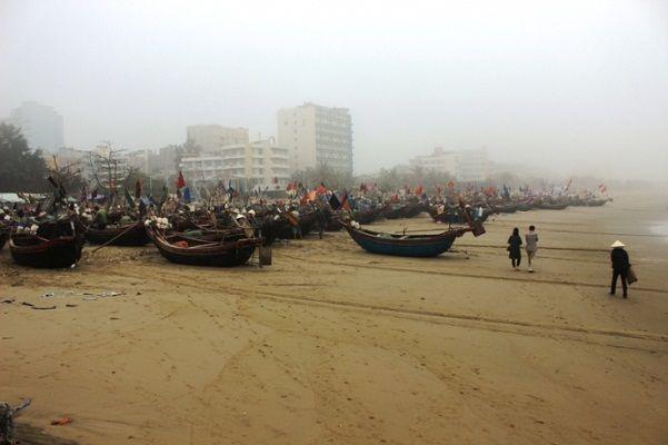 """Vụ """"đòi lại biển Sầm Sơn"""": Để lại 3 bến thuyền cho ngư dân - http://www.daikynguyenvn.com/viet-nam/vu-doi-lai-bien-sam-son-de-lai-3-ben-thuyen-cho-ngu-dan.html"""
