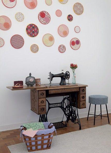 Objetos feitos à mão por você dão mais graça à decoração. A moradora Vanessa Gonçalves enfeitou a parede do quarto de costura com bastidores com tecidos coloridos