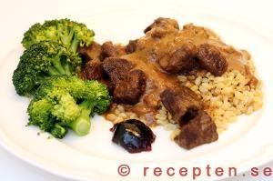 Biffgrytan serverad med kokt bulgur, broccoli och gelé.