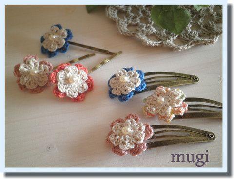 「2枚重ねのお花のヘアピン♪」ちいさなお花のヘアピンです。ほんの少し大きさを変えて、下のお花をチラ見せするのが可愛くなるポイントです♪真ん中にビーズを縫い付けました。色合わせが楽しいですよ^^[材料]中細の糸/4ミリビーズ/フェルト/台座付きヘアピン