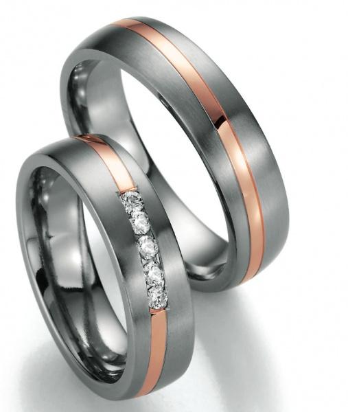 Eheringe Titan Rosegold  Wunderschöne Eheringe aus 585 Rotgold und Titan aus der Collection Ruesch. Der Damenringe hat 5 kleine Brillanten auf der Vorderseite... einfach Traumhaft! Verlobungsring.de #beautiful #wedding #rose