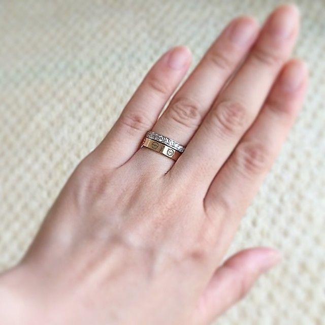 * 記念すべき200post❤︎ * 最近のお気に入り❤︎ * 息子の誕生日と名前を彫ってもらった指輪に 10歳記念に買った指輪の重ね付け❤︎ * #カルティエ#ミニラブリング#ピンクゴールド#ダイヤ#重ね付け#aniversary #感謝❤︎