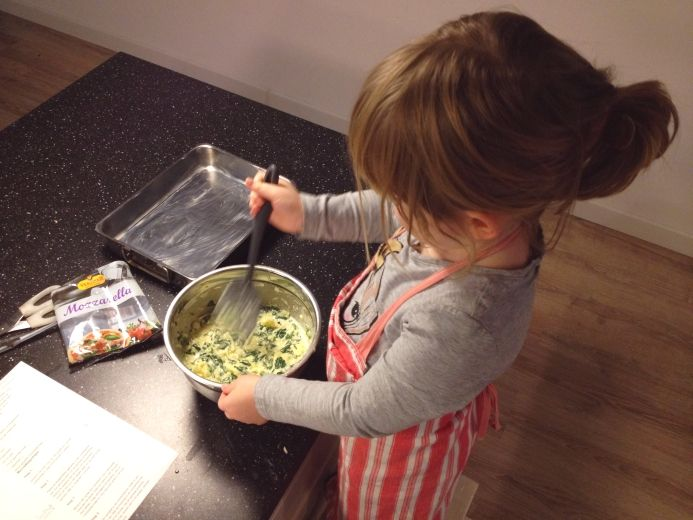 Spinach Brownies with Mozzarella - I made these for my guest blog @ Moodkids . Deze Spinazie Brownies voor Superhelden maakte ik, samen met mijn dochtertje, in opdracht voor @MoodKids :  http://zomijntje.nl/Spinazie-Brownies-voor-Superhelden Kom je snel lezen? Want ze zijn niet alléén lekker voor kinderen. ^_~ Fijne dag nog! Groetjes, Mijntje. #spinach #nomeat #food #foodie #blog #lowcarb #koolhydraatarm #dieet #diet #healthy #gezond #brownies #savory #hartig #snacks