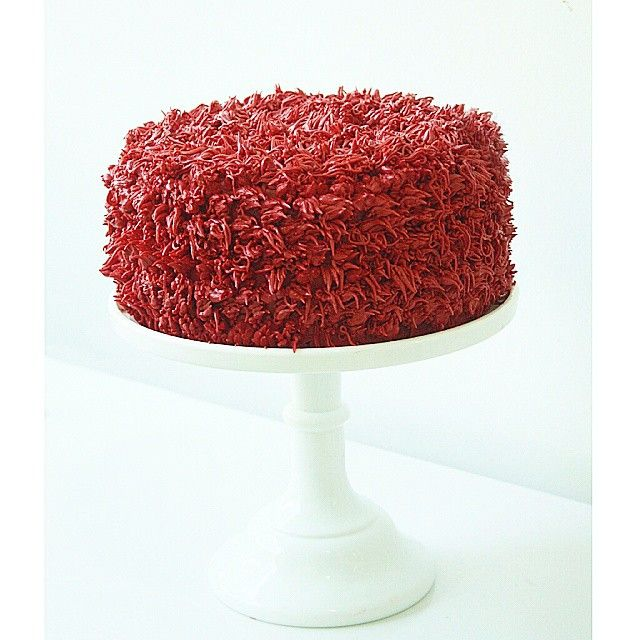 Elmo Red Velvet - Vila Sésamo #sesamestreet #redvelvet #buttercream #cake #bolo #veludovermelho #elmocake #vilasesamo #minimalista #chocolatebranco #instabolo #instacake #pastry #wilton #piping #confeitaria #brasilia