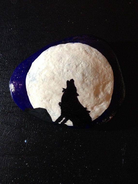 Les baies de loup solitaire à la pleine lune peuplant le ciel de nuit avec son chant obsédant. 5 Pierre peint en bleu foncé, Ivoire et noir.