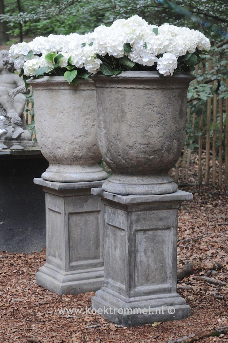 stenen tuinvaas met een strakke vorm