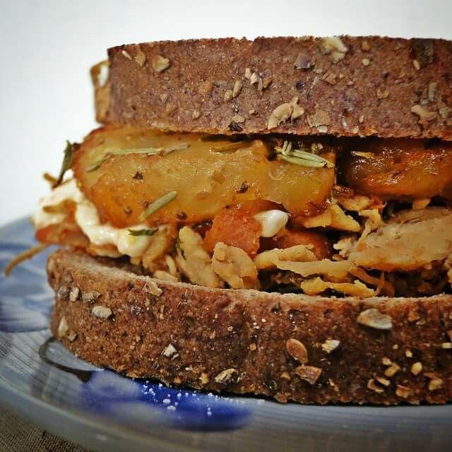 Que tal um sanduíche quase 0 de gordura? Pão 12 grãos, 100% integral + abacaxi com alecrim, cozido e depois grelhado + frango com ervas, desfiado, esquentado na crosta do açúcar do abacaxi + cenoura picada e cozida no vinagre balsâmico + pasta de soja. :) #foodgasm #foodporn #delicious #foodpics #yummy #instafood #food #homemade #yum #picoftheday #tagsta_food #foods #gourmet #sandwich #healthy #saude