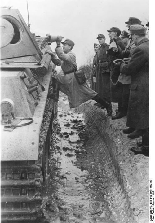 German soldier instructing Volkssturm militiamen on the use of 3 HL shaped charges on a Panther tank, Germany, January 1945. Photo: Bundesarchiv, Bild 146-1971-033-09, Feder....