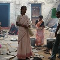 Rannekorut on valmistettu Intian Kashmirissa pajupuusta. Korun maalaajan nimikirjaimet löytyvät korun sisältä. Kashmirin kehittymistä ovat haitanneet levottomuudet jo pitkään ja hankkimalla rannekoruja tuetaan paikallista osaamista ja työllistymistä. Korut on tehty käsin sorvaamalla ja maalaamalla, joten jokainen tuote on uniikki.