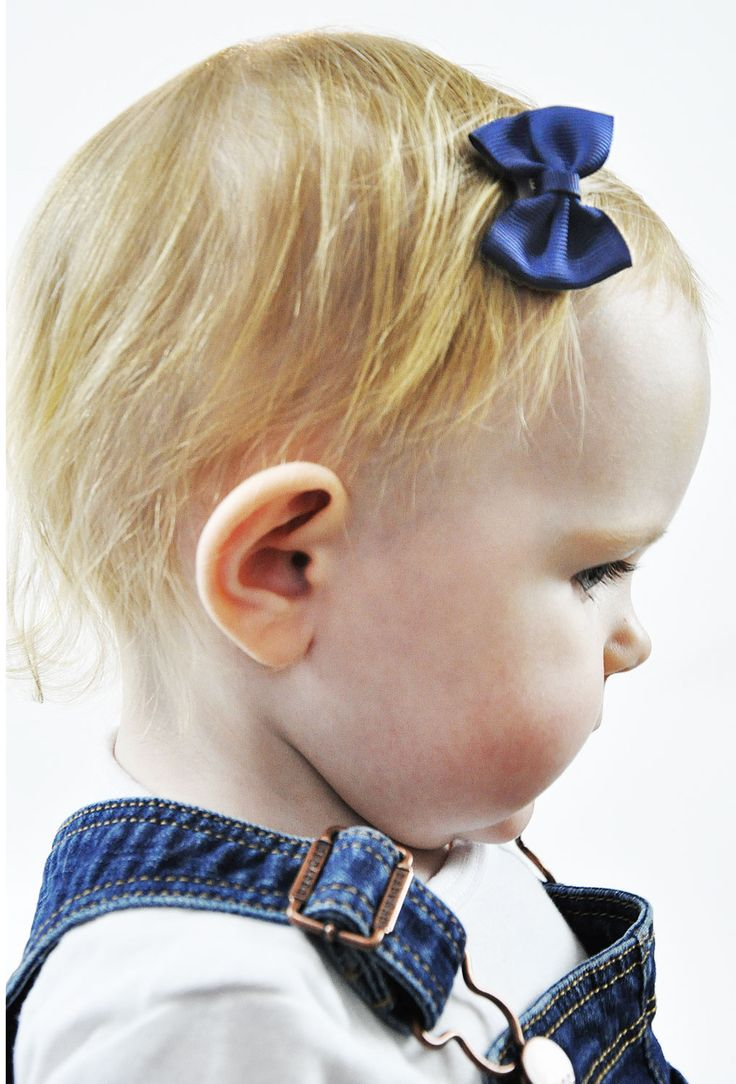 Classic Baby Bow in Navy Blue These grosgrain classic bows keep their shape and are hand-sewn to our awesome mini latch clips! These clips are amazing as they have teeny combs that comb into wispy fine hair so bald babies can wear little hair bows too! This is an exclusive Baby Wisp® design. The bow spans 4.5 cm wide and is about 3.5 cm in height. Make an impact with modern colours and fabrics you get no where else.