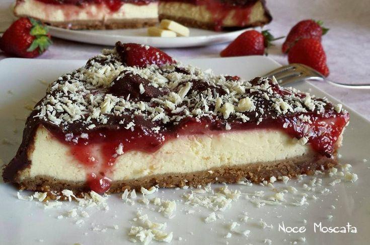 Cheesecake con salsa di fragole e cioccolato