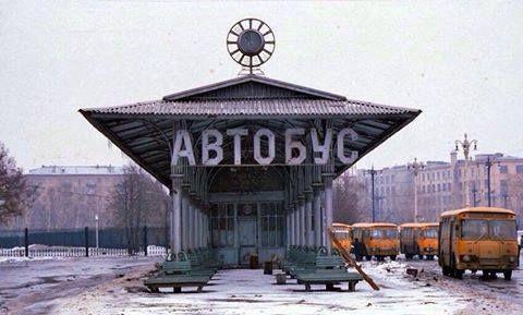Автобусная остановка в районе ВДНХ.