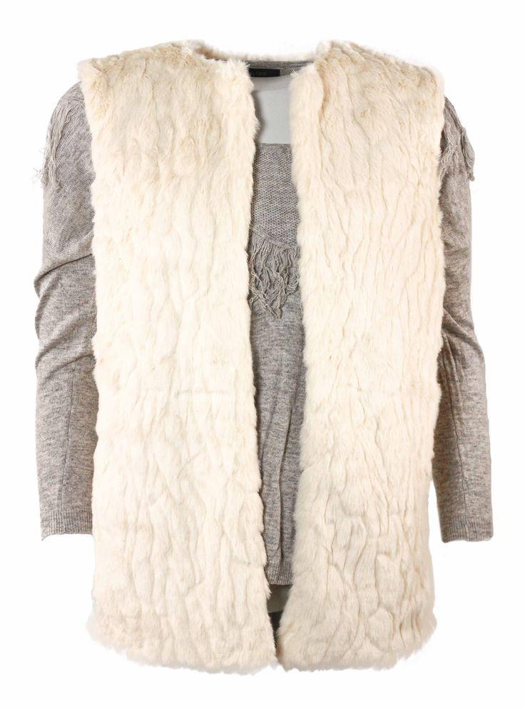 Veste sans manche toute en fourrure beige ! Douce et confortable, vous n'arriverez plus à vous en détacher ! Sa longueur est idéale pour l'associer à une robe...  http://tinyurl.com/lhe2fna  #veste #fourrure #douce #beige