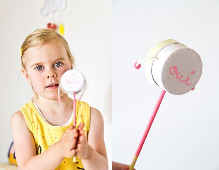 Fabriquer un tap-tap ou un tambourin pour les enfants